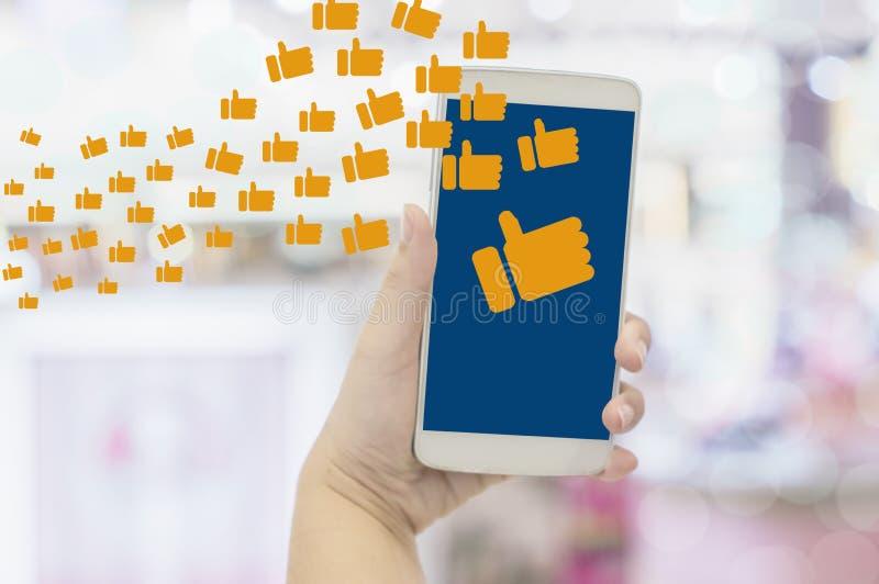 W górę ręk bizneswomanu mienia smartphones z Cieszy się udzielenie i komentowanie na ogólnospołecznych sieciach, pojęcia styl życ royalty ilustracja