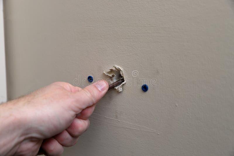 W górę ręki ciągnięcia drutu dla cieplarki dla powietrza uwarunkowywać wynikający ścianę obrazy stock