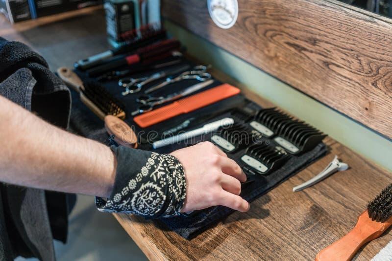 W górę ręki fryzjer męski wybiera pożytecznie narzędzie fotografia stock