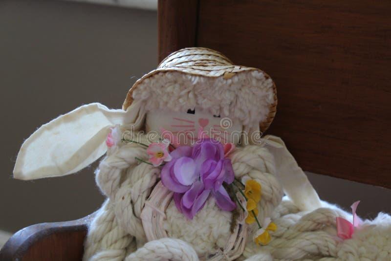 W górę rocznika łachmanu królika obsiadania na drewnianym child& x27; s ławka zdjęcia royalty free