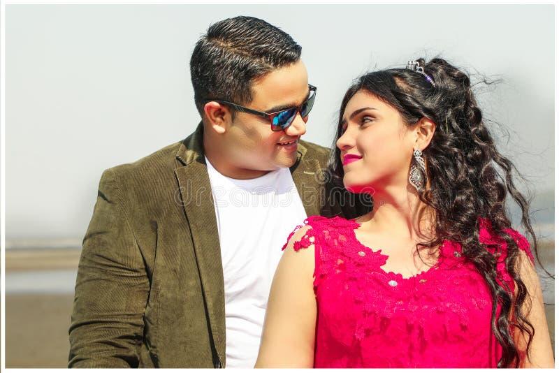 W górę romantycznej pary przy plażą obraz royalty free