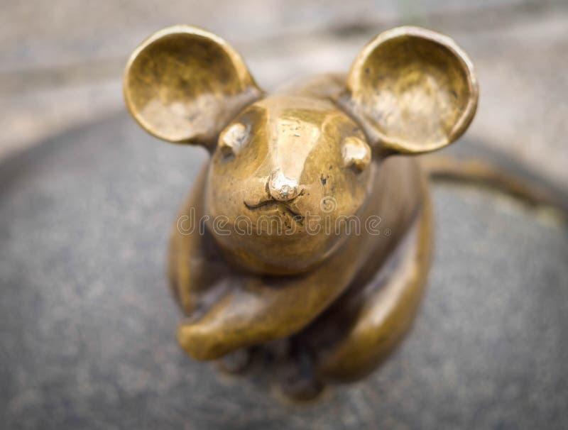 A w górę rzeźby mysz z wielkimi ucho rzeźbiarzami S Plotnikov i S Yurkus spełniania pragnienia na brukuję zdjęcia royalty free