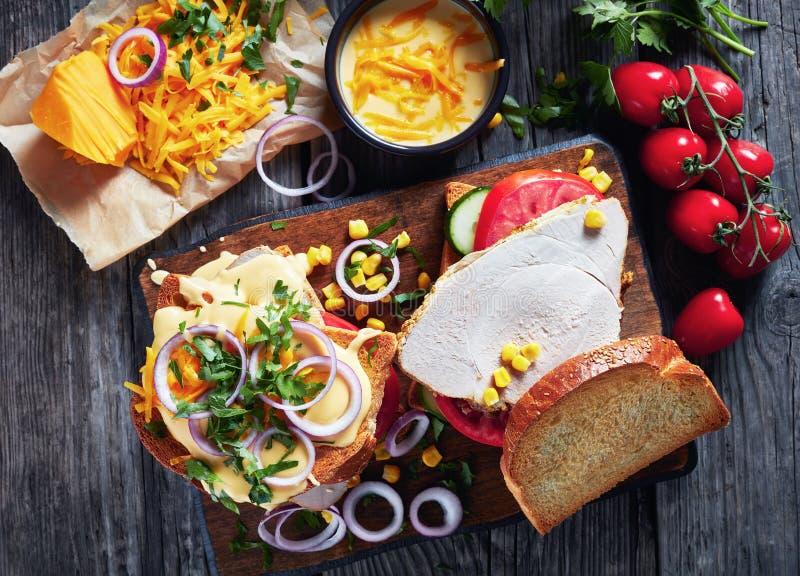 W górę smakowitych domowej roboty kanapek z baleronem obraz royalty free