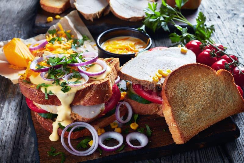 W górę smakowitych domowej roboty kanapek z baleronem zdjęcie stock