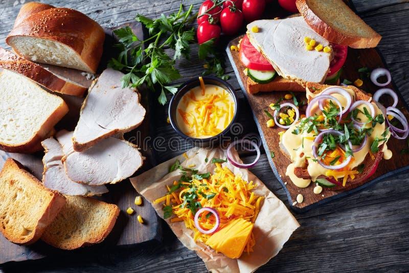 W górę smakowitych domowej roboty kanapek z baleronem obrazy stock