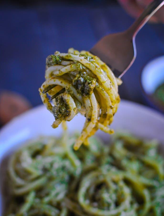 W górę spaghetti makaronu czarownicy pesto kumberlandu na rozwidleniu zdjęcia stock