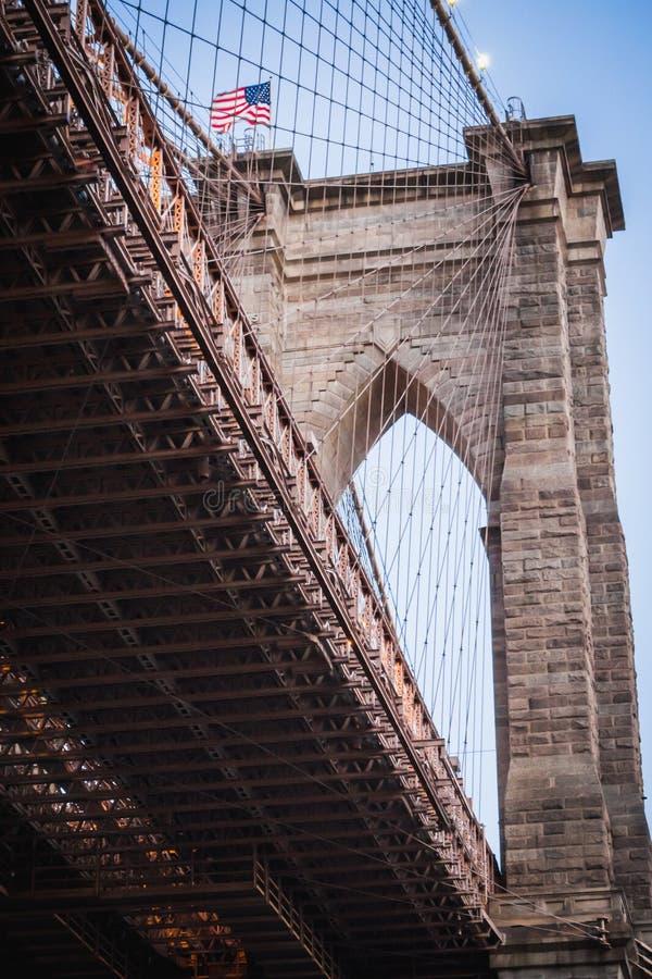 W górę spod spodu jeden Brooklyn Bridge& x27; s wysklepia w Nowy Jork zdjęcie stock