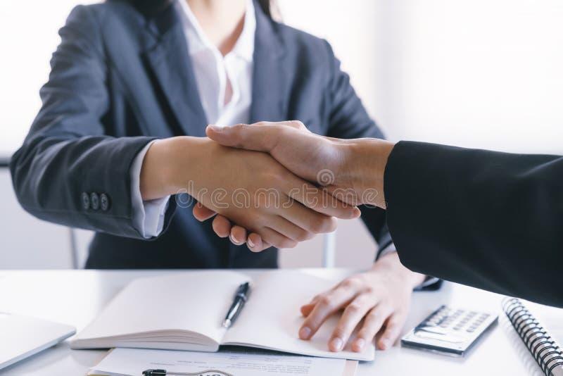 W górę sprzedawcy chwiania ręk z kochankami które są klientami W jej biurze w domowych zakup zgody Azjatyckich mężczyznach i kobi obrazy stock