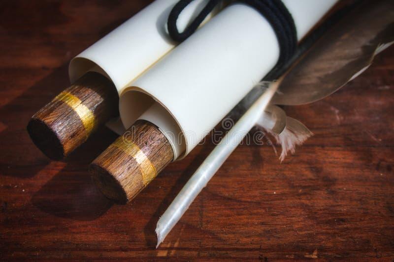 W górę staromodnej papierowej ślimacznicy z piórkowym dutki piórem obrazy stock
