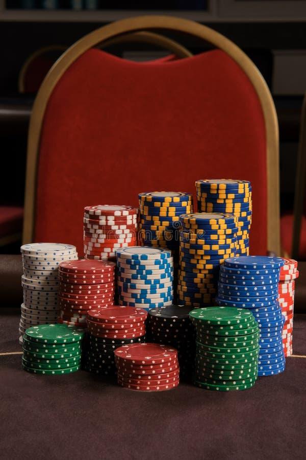 W górę strzału grzebaka układy scaleni broguje pozycję na stole w kasynie obraz stock