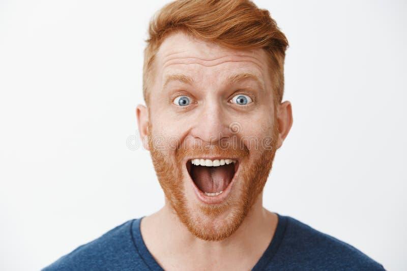 W górę strzału zadziwiający i radosny dorosły rudzielec samiec model z brodą ono uśmiecha się szeroko z opuszczającą szczęką impo zdjęcia stock