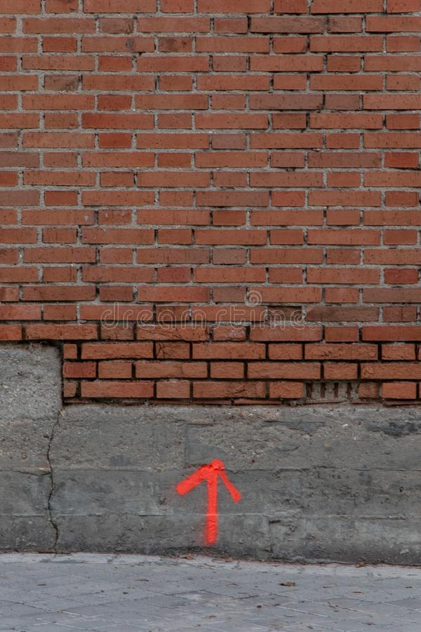 W górę strzały rysującej na ścianie z cegłami zdjęcie stock