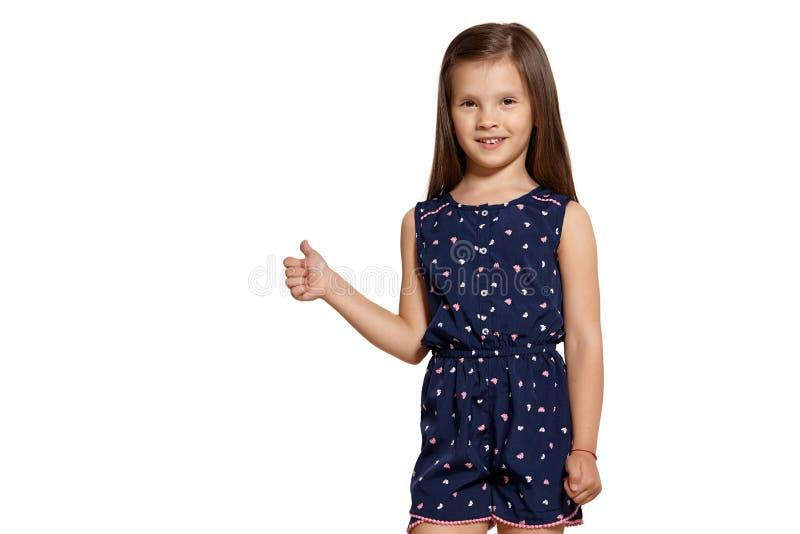 W górę studia strzelającego piękny brunetki małej dziewczynki pozować odizolowywam na białym pracownianym tle zdjęcie stock