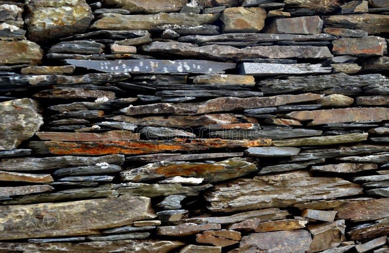W górę szczegółu widoku stara tradycyjna kamienna ściana budująca od schist w Piodão, robić iłołupek skał sterta, jeden Portugali zdjęcie stock