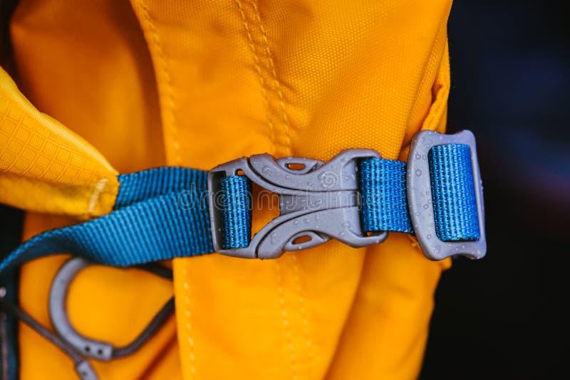 W górę szczegółu zamknięty błękitny dogodny plastikowy przepięcie plecaka kolor żółty zdjęcia royalty free
