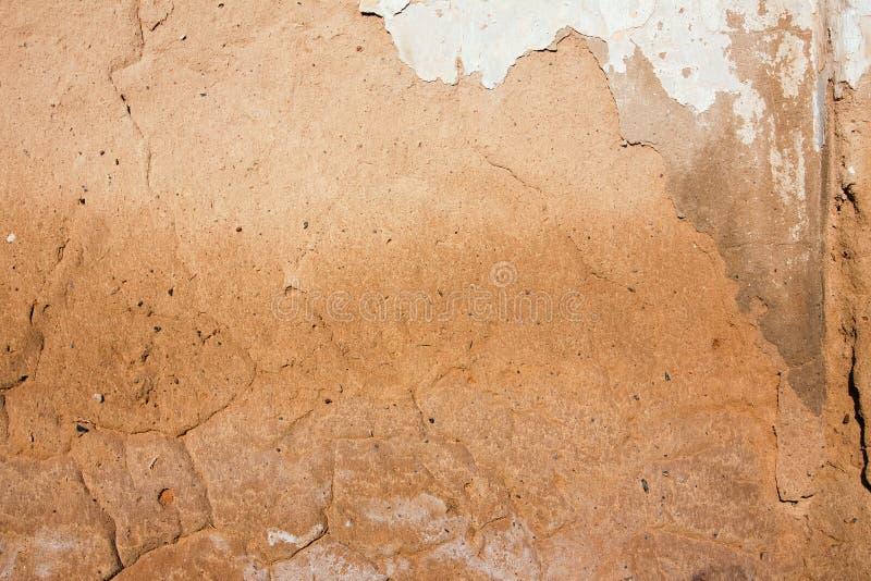 W górę tła tynk zakrywał podławą starą będącą ubranym ścianę, horyzontalna szorstka abstrakt powierzchni tekstura fotografia stock