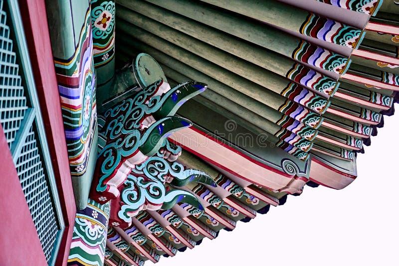 W górę tradycyjnego koreańczyka stylu budynku z kolorowym kiwa i ornamentów przy Północnym niebem Skyway w Seul, korea południowa fotografia royalty free