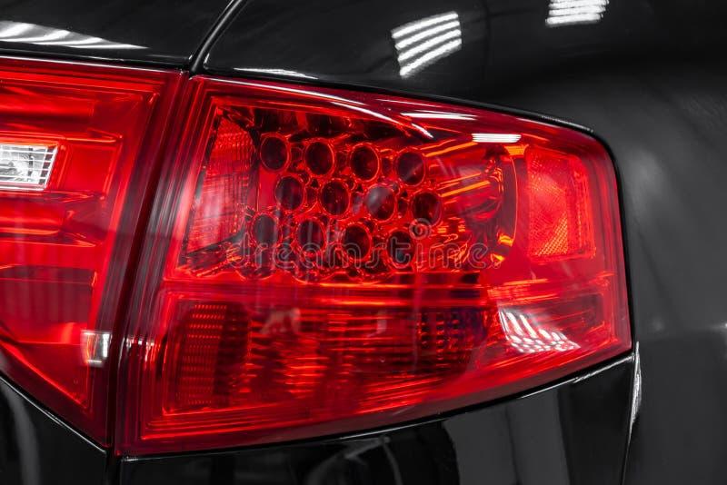 W górę tyły na PROWADZIŁ hamulcowego światło czerwony kolor na czarnym samochodzie z tyłu suv po czyścić obraz stock