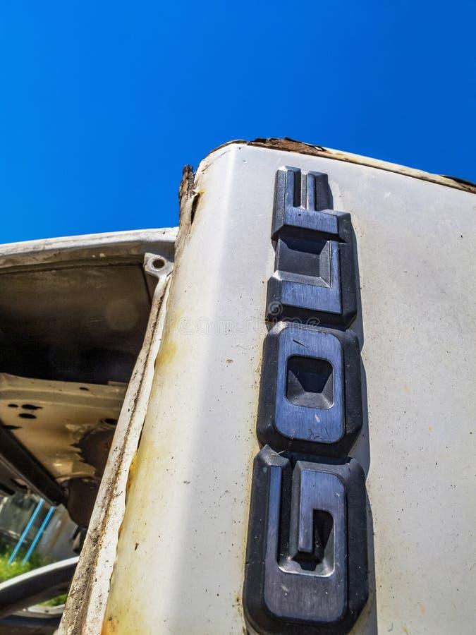 W górę tylni odznaki biel niszczył Volkswagen Golf Mk2 w Bułgarskiej wiosce Debnevo fotografia stock