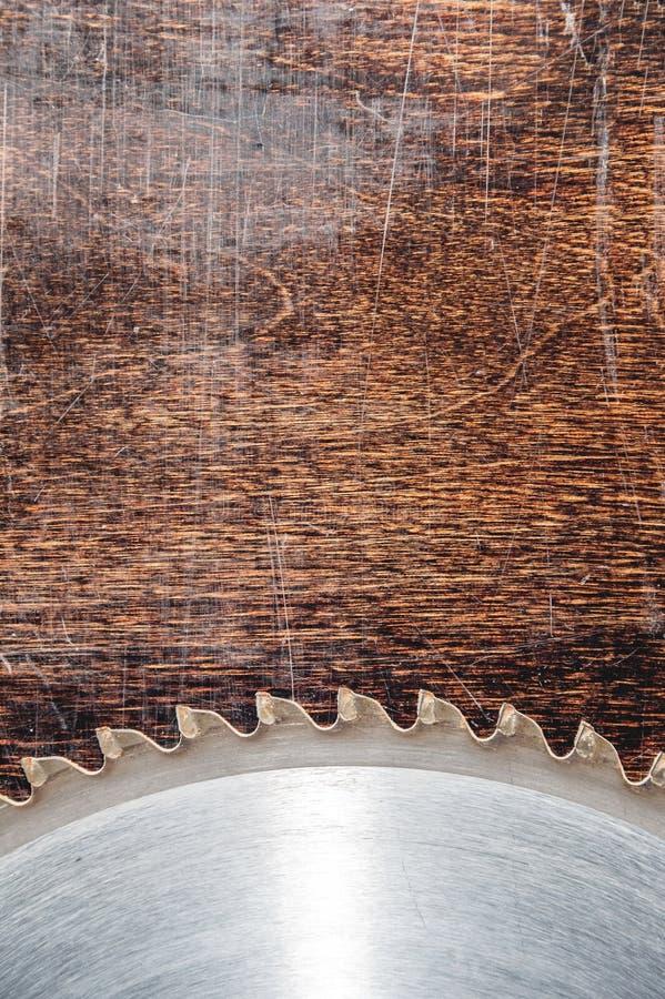 W górę używać ostrza kurenda zobaczył na tle drewniany stół Warsztat dla produkcji drewniani produkty zdjęcia royalty free