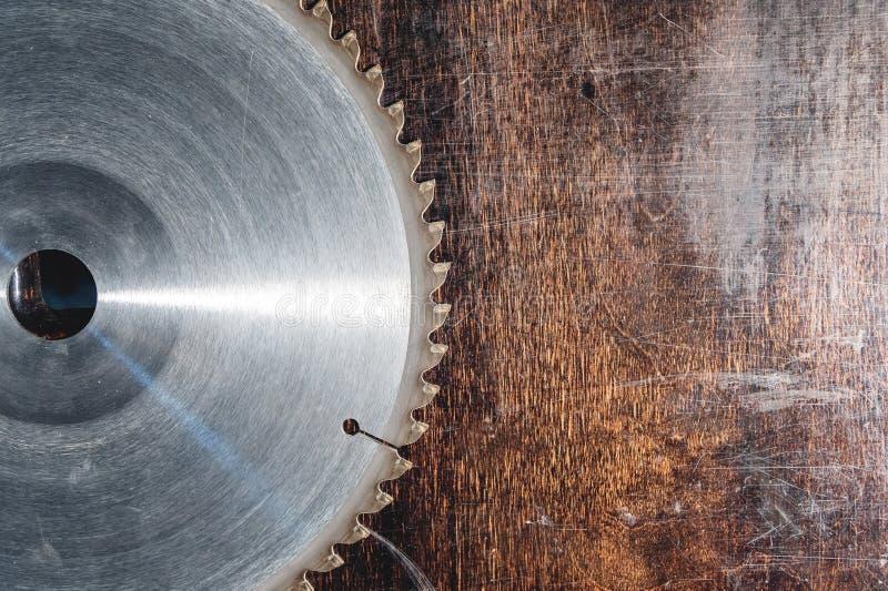 W górę używać ostrza kurenda zobaczył na tle drewniany stołowy Verscak Warsztat dla produkcji drewniany fotografia royalty free