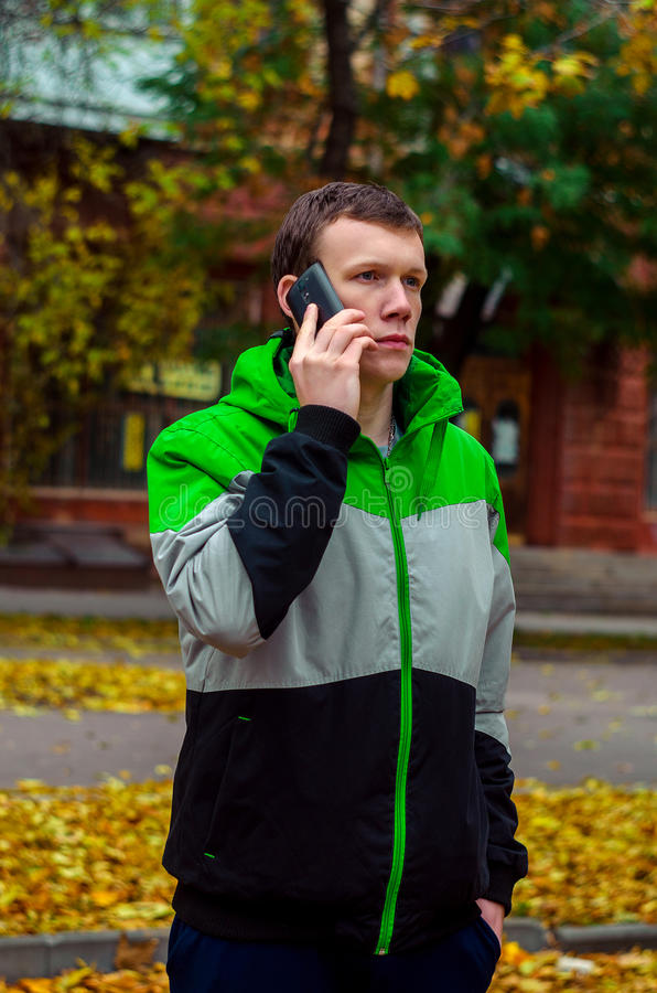 W górę ulicznej biznesowych mężczyzna jesieni pogody zdjęcia royalty free