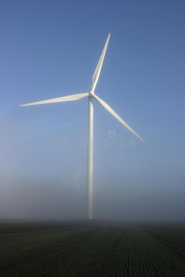 w górę wiatru mgły nadchodząca turbina dwa zdjęcia stock
