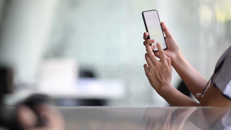 W górę widoku doktorski używa smartphone obraz royalty free