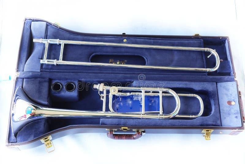 W górę widoku, odgórny widok, instrumentu muzycznego puzon w czarnym pudełku, odizolowywał przedmiot, biały tło fotografia royalty free