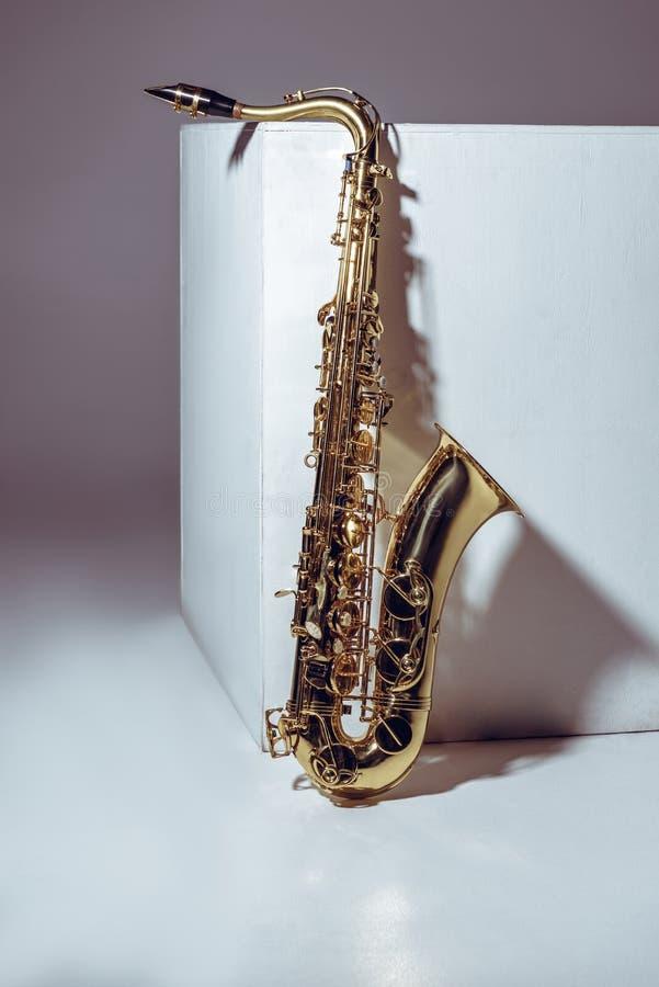 w górę widoku pojedynczy błyszczący fachowy saksofon zdjęcia royalty free