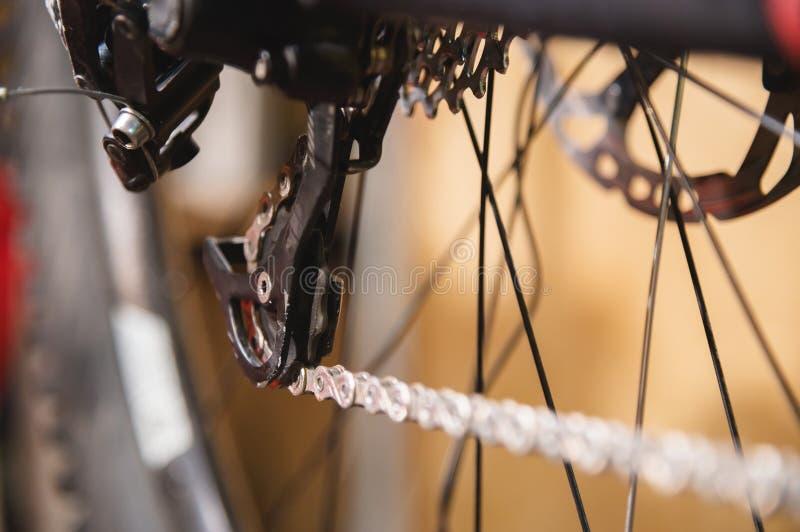 W górę widoku rower w naprawie Przekładni kaseta w górę Wykonywać ręcznie usługi dla rowerów górskich Remontowy przewdonik dla tw fotografia stock