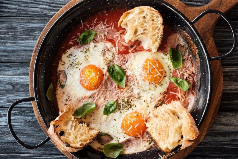 w górę widoku smakosz smażył jajka z serem, chlebem i kumberlandem w niecce na drewnianym rozcięciu, obraz royalty free