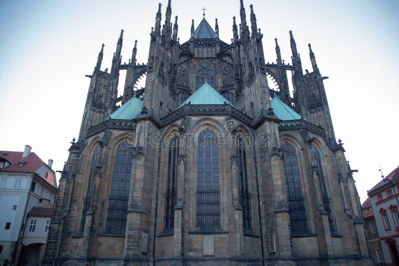 W g?r? widoku St Vitus katedra przeciw niebieskiemu niebu zdjęcie stock