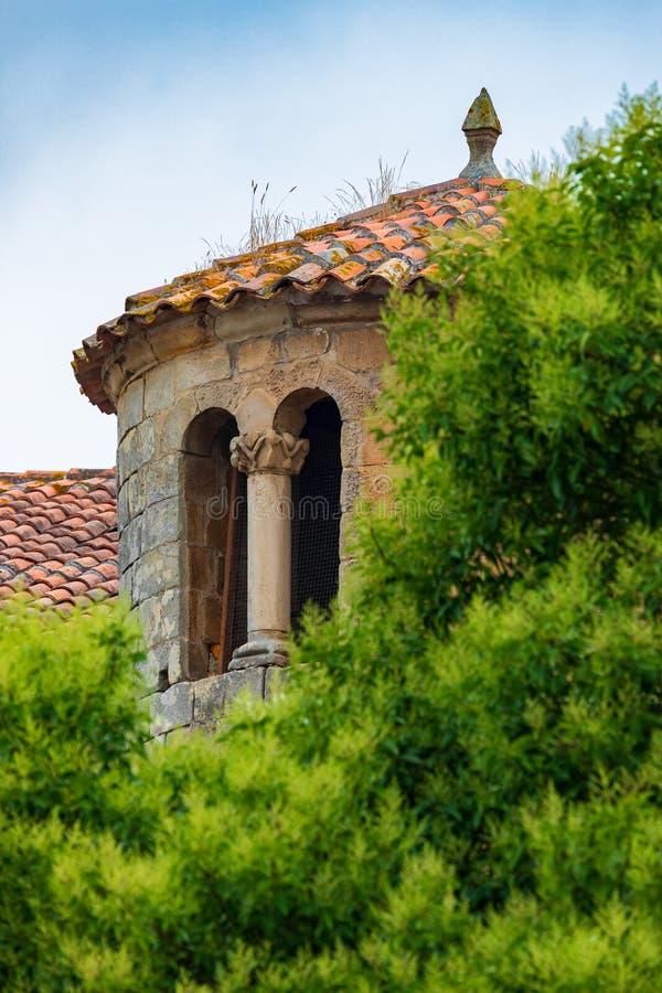 W górę wierza Uczelniany kościół Santillana Del Mącący Cantabria, Hiszpania - zdjęcia royalty free