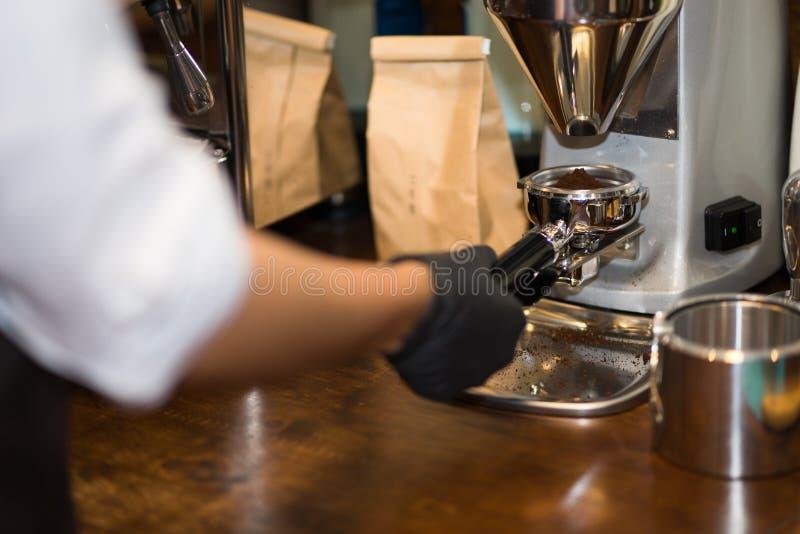 W górę wizerunku żeński barista używać robi maszyny mak obrazy royalty free