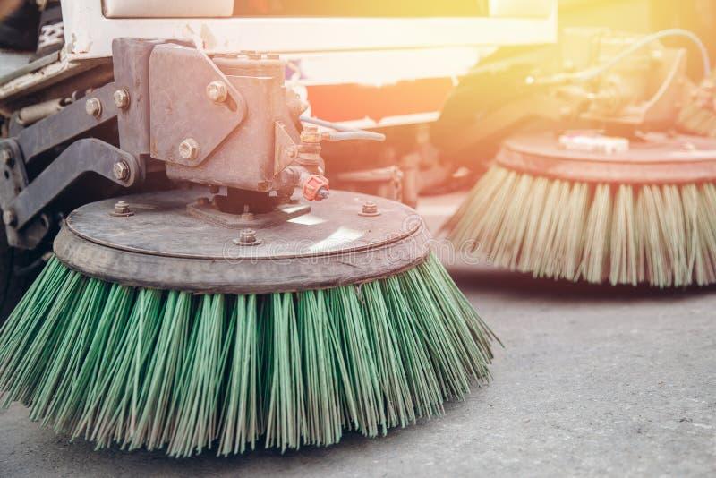 W górę wymiatacza maszynowy czyścić Pojęcie czyste ulicy od gruzów zdjęcie royalty free