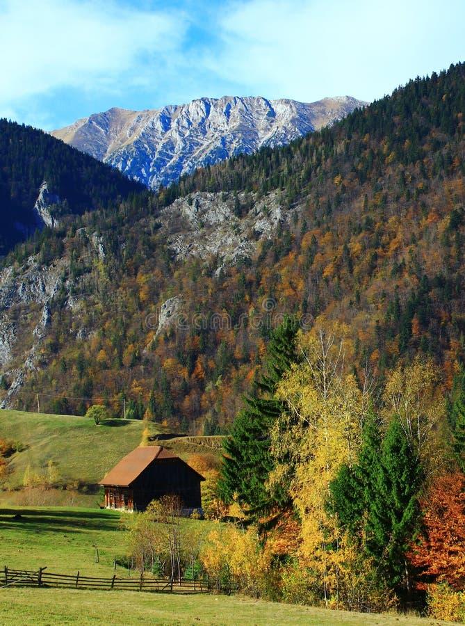 W górskiej wiosce odosobniony dom obrazy royalty free