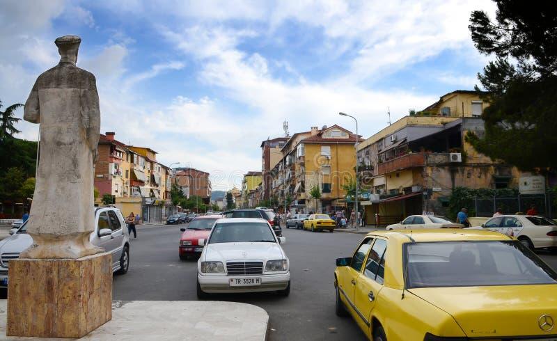 W głównych ulicach Tirana pełny Kolorowi budynki i sklepy, Tirana jest kapitał Albania zdjęcie stock