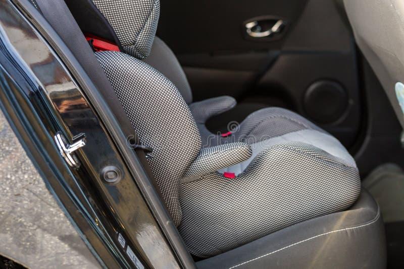 W g?r? dziecka krzes?a mobilnego wygodnego siedzenia w samochodowym wn?trzu Transportu, projekta, ochrony, bezpiecze?stwa i ?ycia obraz royalty free