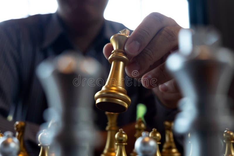 W g?r? fotografii szachuje r?ki na chessboard podczas szachowej gry poj?cie biznesowa zwyci?stwo strategia wygrywa intellige ilustracji