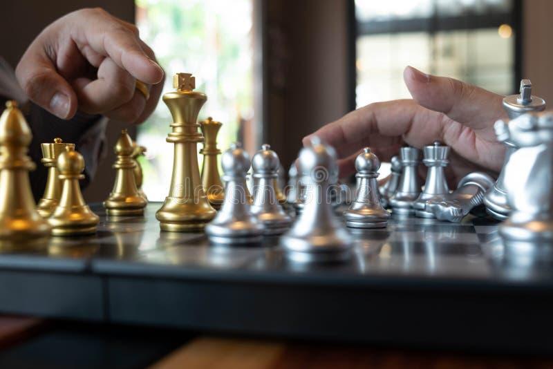 W g?r? fotografii szachuje r?ki na chessboard podczas szachowej gry poj?cie biznesowa zwyci?stwo strategia wygrywa intellige fotografia stock
