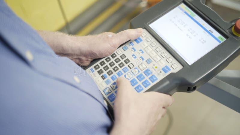 W g?r? pracownika mienia maszynowego pulpit operatora w fabryce akcja M??czyzna r?ki trzyma nowo?ytn? guzik kontrol? obrazy stock