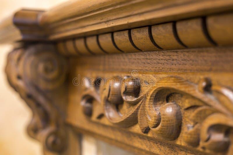 W g?r? szczeg??u rze?bi?cy drewniany dekoracyjny kawa?ek meble z kwiecistym ornamentem robi? naturalny twarde drzewo Sztuka proje obraz royalty free
