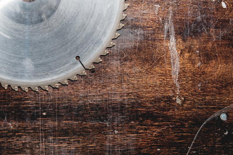 W g?r? u?ywa? ostrza kurenda zobaczy? na tle drewniany st?? Warsztat dla produkcji drewniani produkty zdjęcie royalty free