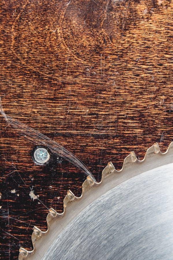 W g?r? u?ywa? ostrza kurenda zobaczy? na tle drewniany sto?owy Verscak Warsztat dla produkcji drewniany obrazy stock