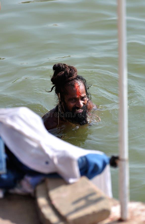 W Ganges Sadhu hinduski Kąpanie zdjęcie stock
