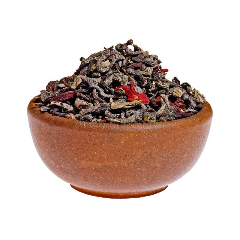 W glinianej filiżance sucha jagodowa zielona herbata