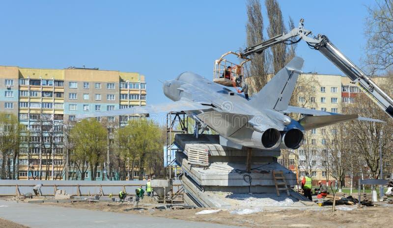 W Gomel Su-24 instalowa? Zabytk?w stojaki na Rechitsky alei przed g??wnym budynkiem Techniczny obraz stock