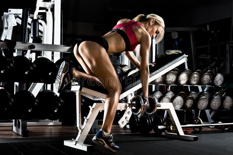 W gym sprawności fizycznej dziewczyna obraz royalty free