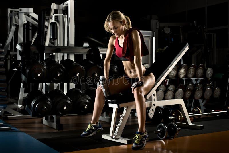 W gym sprawności fizycznej dziewczyna obrazy stock